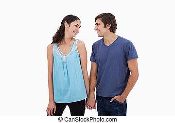tenant mains, couple, jeune