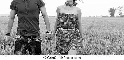 tenant mains, couple, sur, champ vert, noir blanc