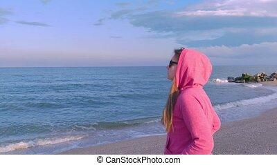 tendance, promenade, longs cheveux, travel., concept., coucher soleil, arrière-plan., bleu, plage, surprenant, famille, vue, rose, girl, mer sable, côté, local, coloré, voyageur, hoody, récupération