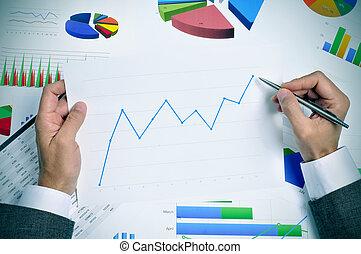 tendencia, hombre de negocios, observar, gráfico, hacia arriba