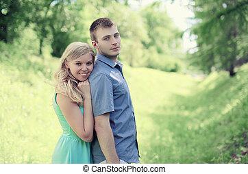 tendre, couple, aimer, dehors