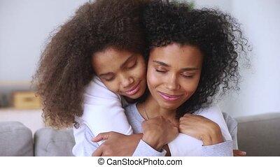 tendresse, moment, fermé, mère, yeux, closeup, embrasser,...