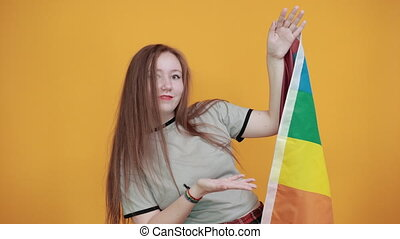tendu, séduisant, debout, lgbt, main, drapeau, projection, femme, jeune