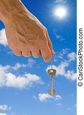 tenencia de la mano, llave, en, cielo, plano de fondo
