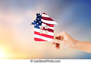 tenencia de la mano, papel, casa, en, colores, de, bandera estadounidense