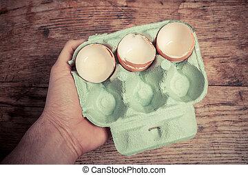 tenencia de la mano, un, bandeja, de, huevo, conchas
