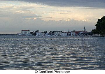 tenger kilátás, és, város, alatt, a, napnyugta, idő, horvátország, porec