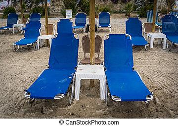 tengerpart, üres, deckchairs