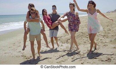 tengerpart, barátok, csoport, fiatal, frolicking