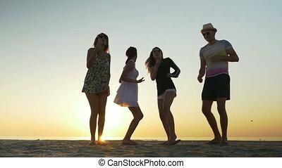 tengerpart, barátok, napkelte, tánc