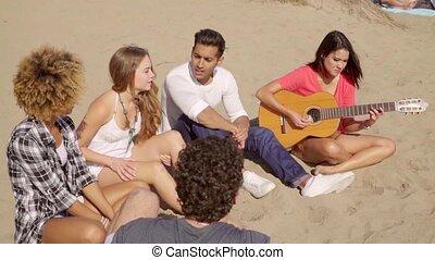 tengerpart, fiatal, homokos, barátok, hűvös