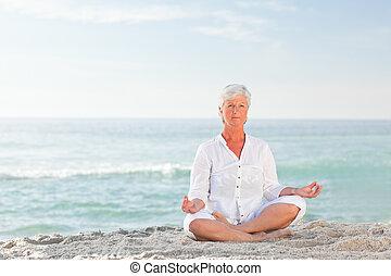 tengerpart, gyakorló, nő, jóga, érett