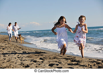 tengerpart, játék, vidám család, kutya