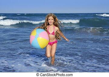 tengerpart, kicsi lány, colorful labda, játék, alatt, szünidő