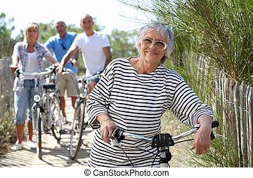 tengerpart, lovagol, bicikli, középkorú, emberek