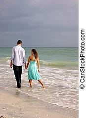 tengerpart, mentén, florida, gyalogló, szerelmes pár, kéz