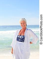 tengerpart, nő, nyugdíjas, boldog