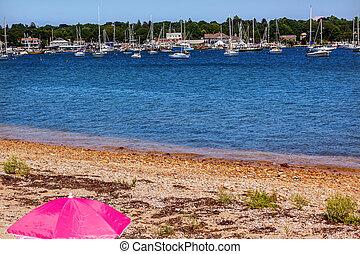 tengerpart, rózsaszínű, esernyő, padnaram, kikötő, templom templomtorony, összekapcsol, stég, csónakázik, kétárbocos hajó, jacht klub, buzzards, öböl, dartmouth, masschusetts