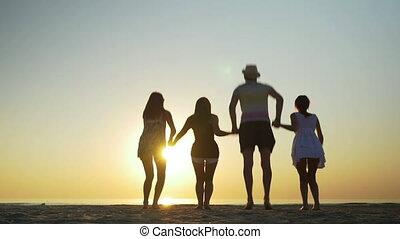 tengerpart, ugrás, csoport, barátok, homokos