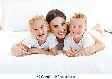 teniendo, niños, su, animado, acostado, diversión, mamá