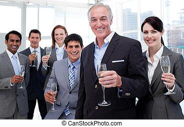 tenir verres, business, chamoagne, inernational, équipe, sourire