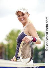 tenis, y, salud, vida, concept:, retrato, de, positivo, sonriente, profesional, hembra, jugador del tenis, posar, con, racquet.