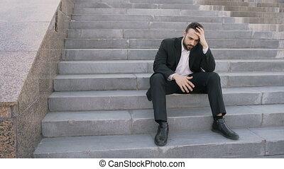 tension, concept, affaire, business, séance, désordre, problèmes, jeune, rue., homme affaires, escalier, avoir, homme
