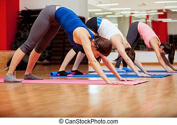 tentando, um, novo, pose, durante, classe ioga