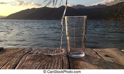tentative, arrosez verre, dehors, amusement, frais, fort, vent, remplir