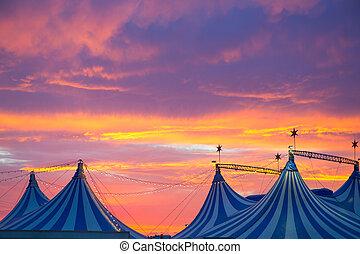 tente cirque, dans, a, dramatique, ciel coucher soleil,...