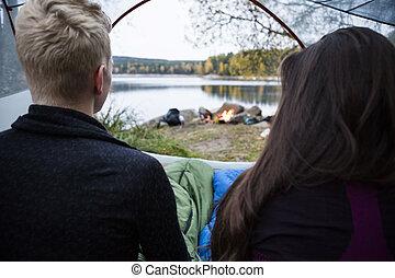tente, couple, apprécier, lac, vue