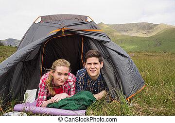 tente, couple, randonnée, après, leur, regarder, mensonge, appareil photo, désert, heureux