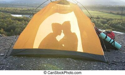 tente, femme, baisers, ombre, mâle, mountain., vue