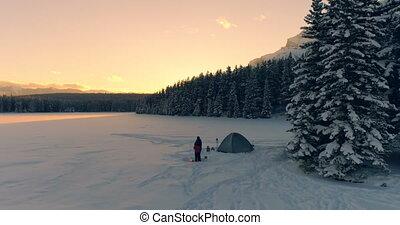 tente, paysage, neige, deux, couvert, touristes, 4k