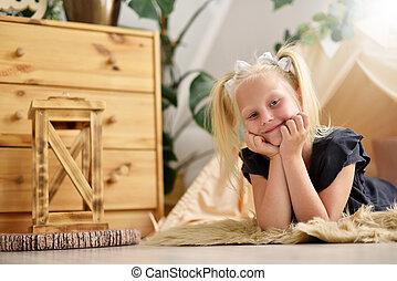 tente, sourire, plancher, elle, mignon, suivant, salle, girl, wigwam, petit enfant