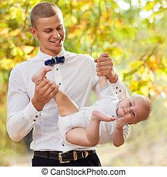 tenue, 7-9, bébé, heureux, vieux, jeune homme, sourire, mois