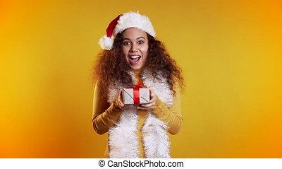 tenue, coiffure, arrière-plan., jaune, sweater., sourire, noël, surpris, cadeau, femme, course, mélangé, studio, boîte, girl, mood., bouclé