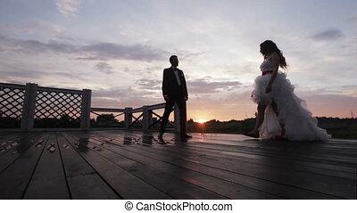 tenue, coucher soleil couples, mariage, main