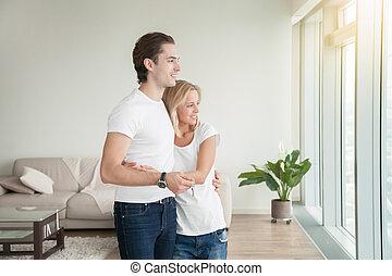 tenue, couple, jeune, clã©, fenêtre, heureux