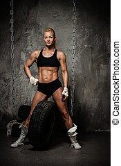tenue, culturiste, pile, pneus, musculaire, belle femme, debout, chaînes