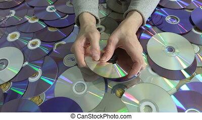 tenue, dvd, disque cd, femme, endommagé