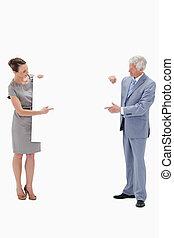 tenue femme, et, indiquer, a, grand, blanc, signe, à, a, cheveux blancs, homme affaires, contre, fond blanc