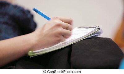 tenue femme, notebook., stylo