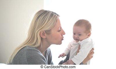 tenue, femme pleure, bébé