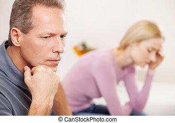 tenue femme, séance, déprimé, vue, couple., triste, quoique, menton, mûrir, fond, main, côté, homme