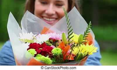 tenue, femme souriant, fleurs