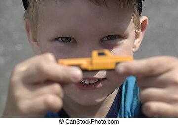 tenue, jaune, garçon, voiture jouet
