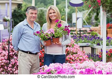 tenue, joyeux, couple, fleurs