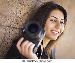 tenue, photographe, jeune, course, adulte, femme, mélangé, appareil photo