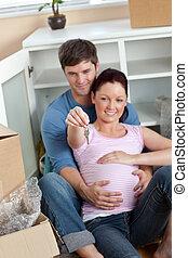 tenue, plancher, maison, couple, séance, enchanté, leur, prévoir, clã©, nouveau bébé, maison